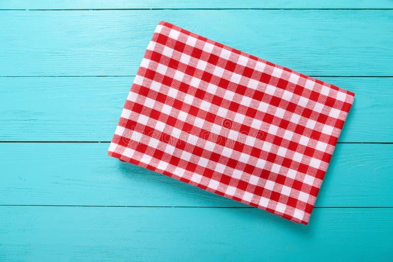 Rood plaidtafelkleed op blauwe houten lijst Hoogste mening en exemplaarruimte stock fotografie