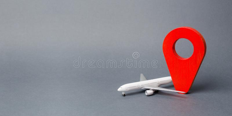 Rood positiespeld en passagierslijnvliegtuig Luchtreis en toerisme, reis Het Punt van de bestemming Vrije beweging rond de wereld royalty-vrije stock fotografie