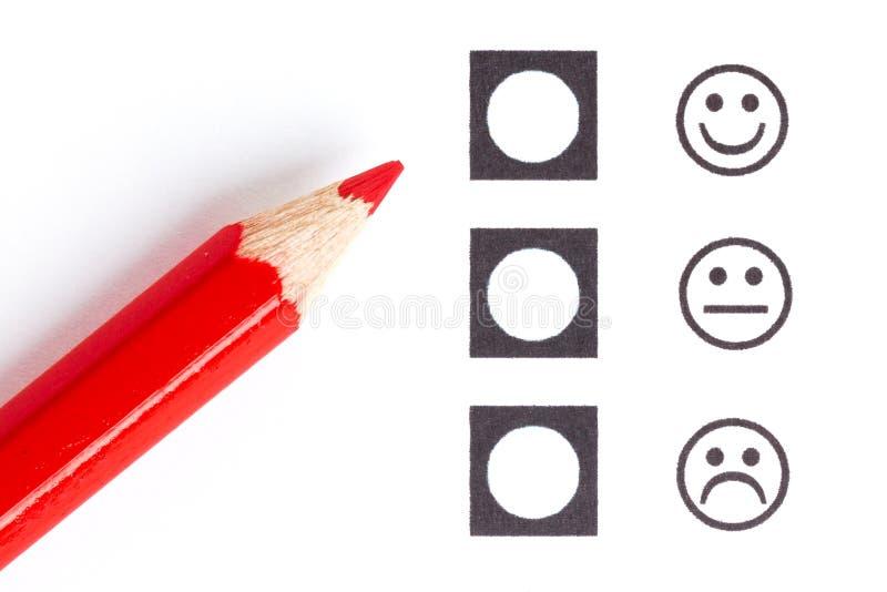 Rood potlood dat juiste smiley kiest royalty-vrije stock fotografie