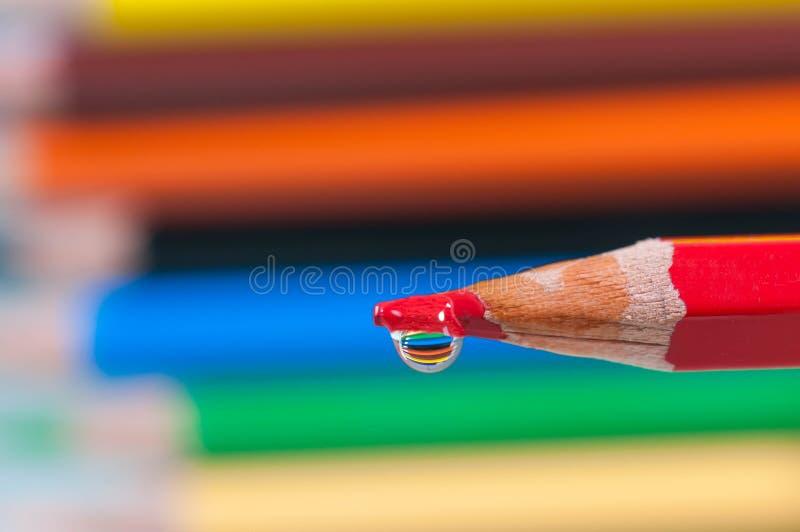 Rood potlood met het dichte omhoog macroschot van de waterdaling stock fotografie
