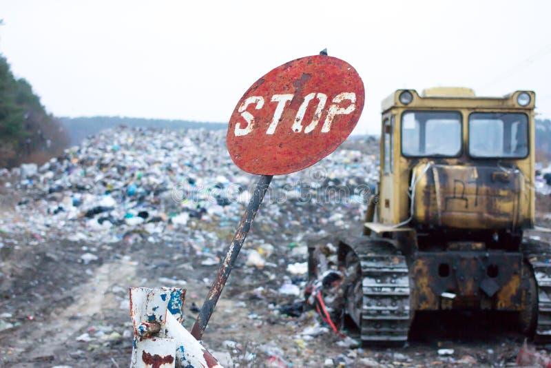 Rood rond eindeteken erop wijzen, die dat het huisvuil bij deze stortplaats ontkend lang heeft De stortplaatswerken Lvivafval Het royalty-vrije stock foto's