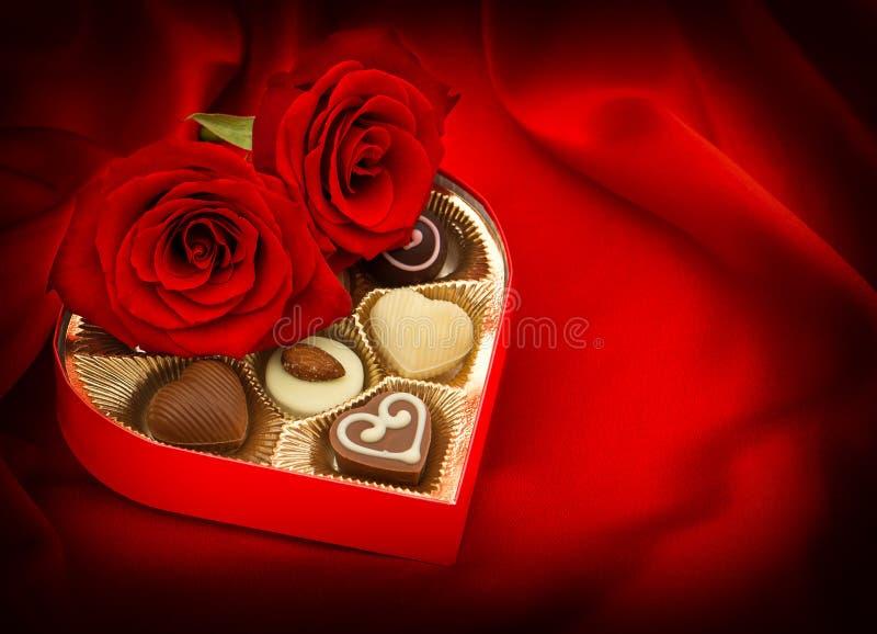 Rood rozen en chocoladesuikergoed De doos van de gift Hart Liefde royalty-vrije stock foto