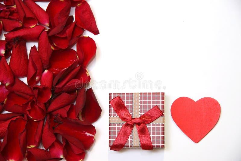 Rood rozenbloemblaadjes en hart royalty-vrije stock foto