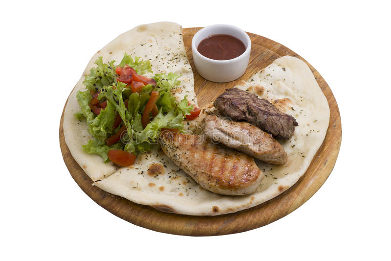 Rood rundvlees, varkensvlees en kippenvlees op houten plaat stock foto