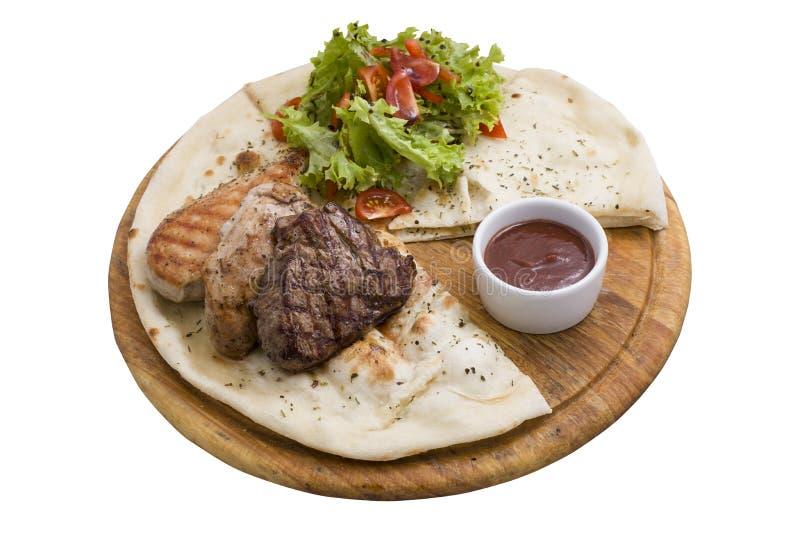 Rood rundvlees, varkensvlees en kippenvlees op houten plaat stock foto's