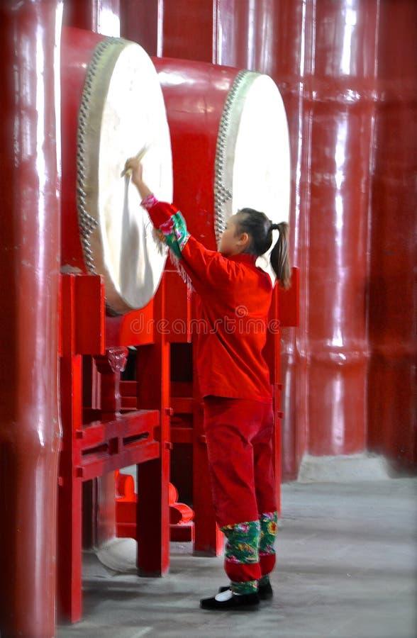Rood slagwerkermeisje stock foto's