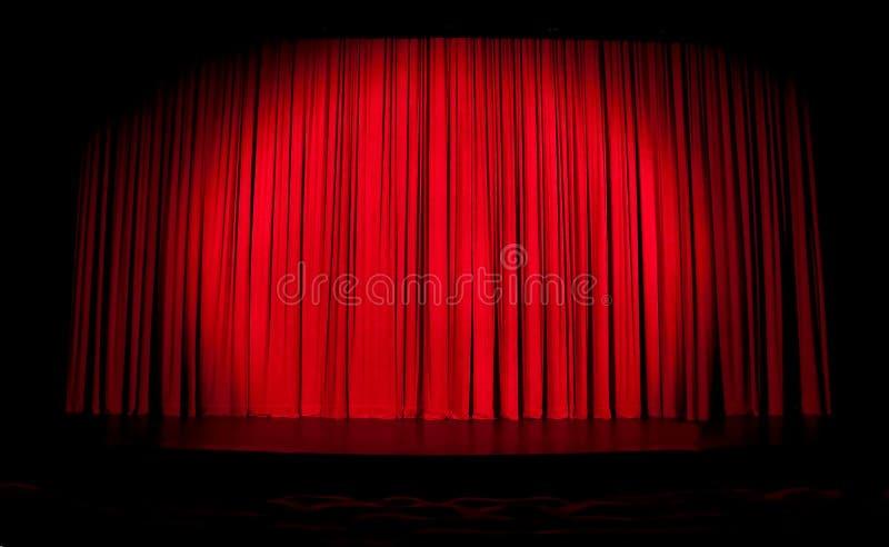 Rood stadiumgordijn met schijnwerper stock fotografie