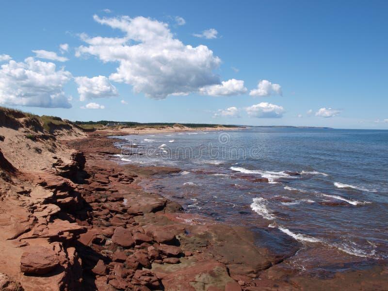 Rood strand van Prins Edward Island, Canada stock foto's