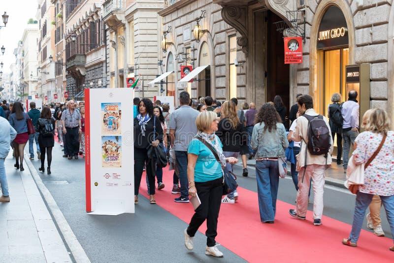 Rood tapijt en fotografische tentoonstelling binnen via Condotti in Rome royalty-vrije stock fotografie
