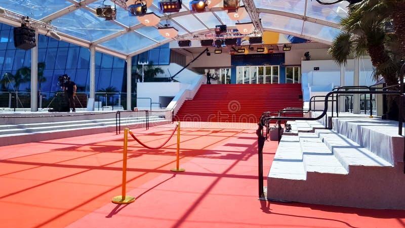 Rood tapijt op treden in ingang van Palais des Festivals et des Congres, Cannes royalty-vrije stock foto