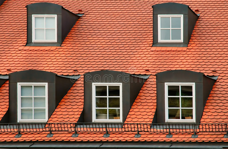 Rood tegeldak en met puntgevel koekoeken bij het inbouwen van München, Duitsland royalty-vrije stock foto's