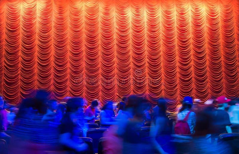 Rood theatergordijn na het showeind met menigte stock afbeeldingen