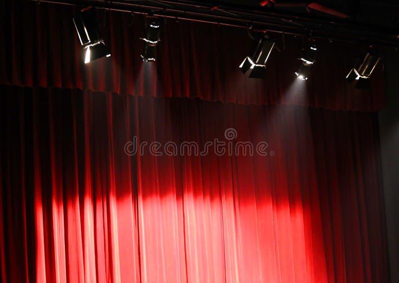 Rood theatergordijn over het stadium en lichten luchtproje royalty-vrije stock afbeeldingen