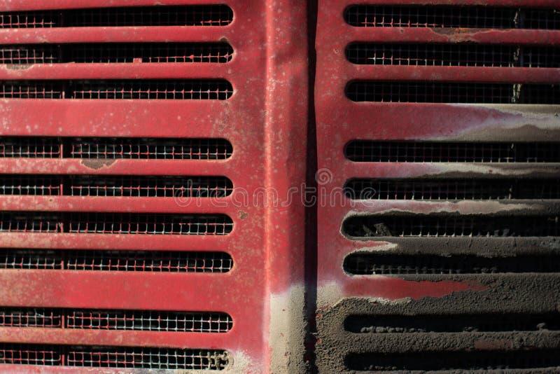 Rood tractorgrill en vuil stock afbeeldingen