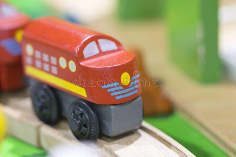 Rood trein Houten stuk speelgoed - het Speelgoed voor jonge geitjesspel plaatst Onderwijsspeelgoed F royalty-vrije stock foto