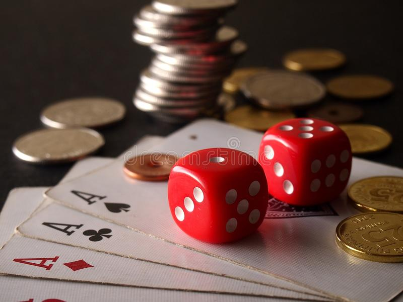 Rood twee dobbelt, spelkaarten en stapel muntstukken stock fotografie