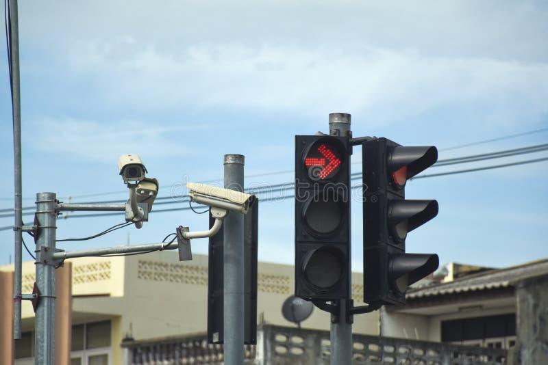 Rood verkeerslicht en kabeltelevisie-Camera in de stadsstraat royalty-vrije stock foto's