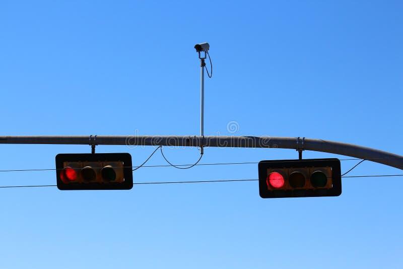 Rood verkeerslicht met camera stock foto
