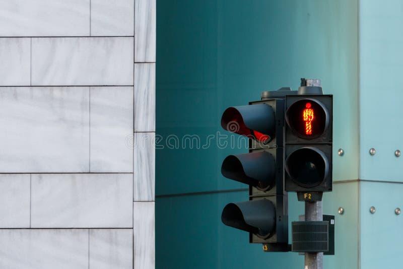 rood verkeerslicht voor voertuig en mens op straat in Berlijn, Ger stock foto's