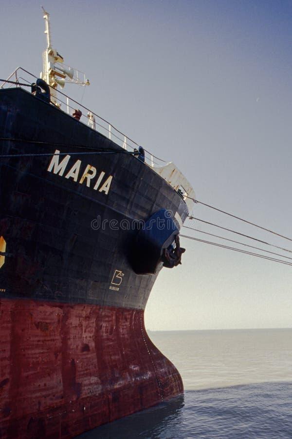Rood vrachtschip en zwart Anker Mundra Kutch Gujarat stock afbeeldingen