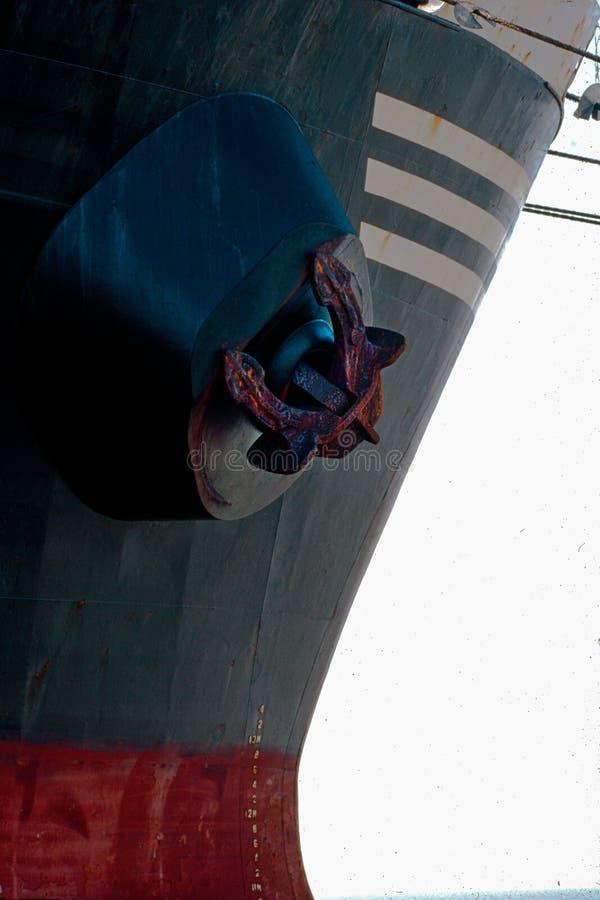 Rood vrachtschip en zwart Anker Mundra Kutch Gujarat royalty-vrije stock afbeelding