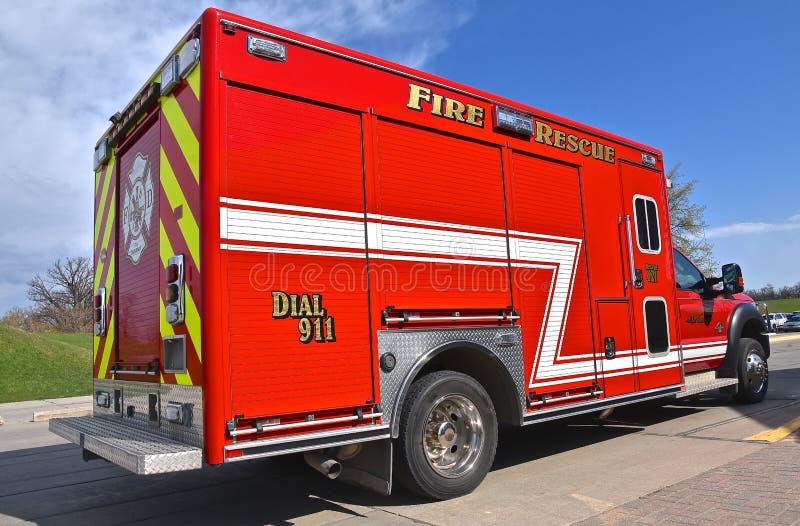 Rood ziekenwagen en 'Brand en Reddings 'voertuig stock fotografie