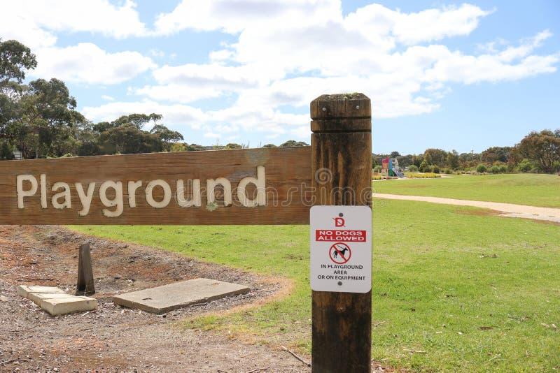 Rood, zwart-wit Geen Honden stond op Speelplaatsgebied toe of  stock afbeelding