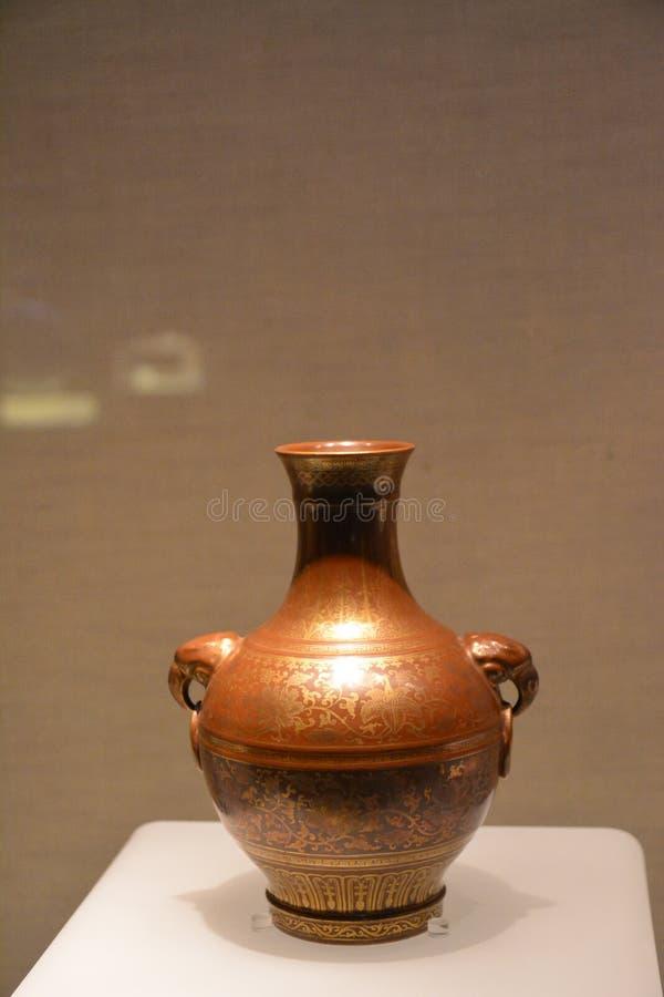 Roodachtig-purper-verglaasde die Vaas met een Gier wordt verfraaid die een lijn 1796-1820 houden stock foto