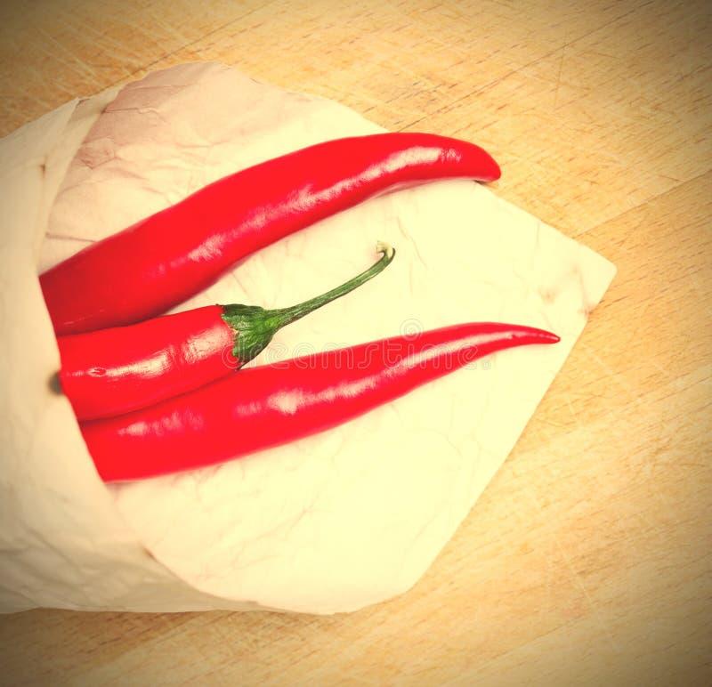 Roodgloeiende Spaanse peperpeper in document zakken royalty-vrije stock foto