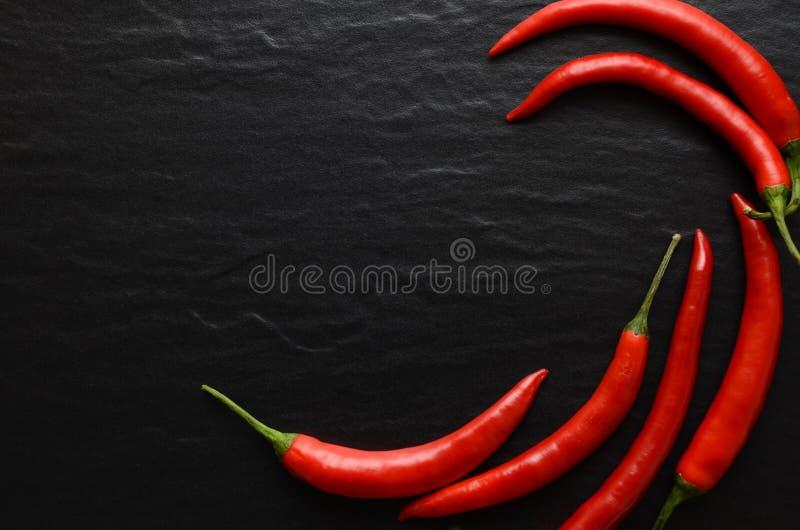 Roodgloeiende Spaanse peperpeper op een donkere achtergrond stock afbeelding