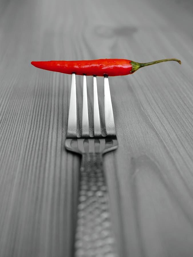 Roodgloeiende Spaanse peperpeper op een vork royalty-vrije stock fotografie