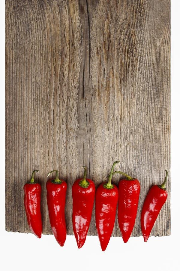 Roodgloeiende Spaanse peperpeper op oude houten lijst royalty-vrije stock foto's