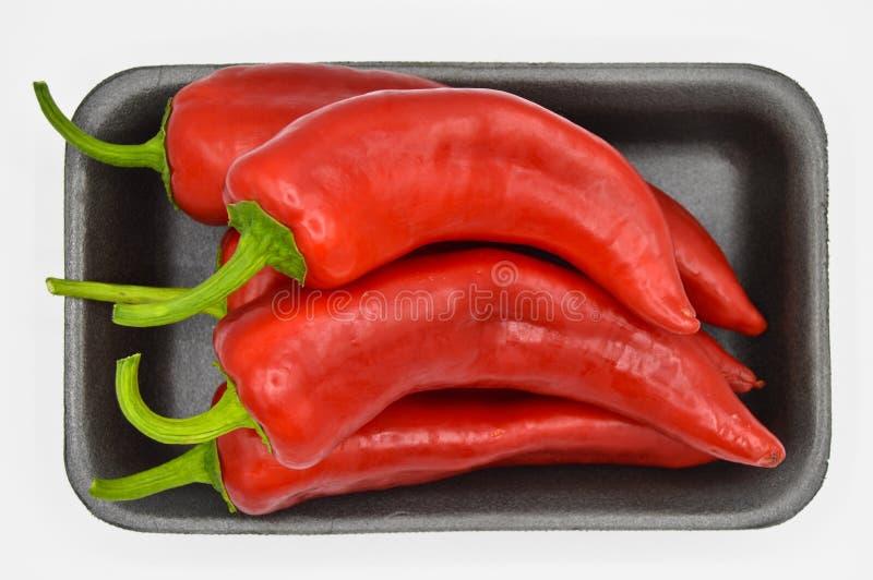 Roodgloeiende Spaanse peperpeper Zeer vers en helder, in zwarte platen royalty-vrije stock afbeeldingen