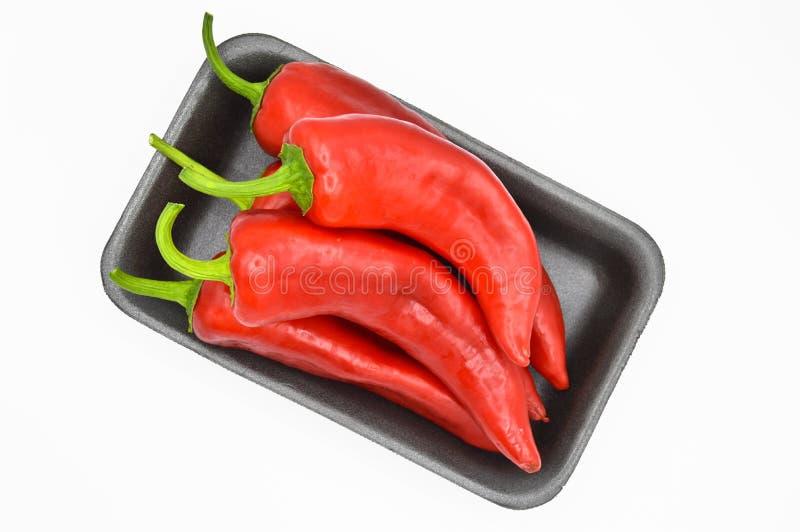 Roodgloeiende Spaanse peperpeper Zeer vers en helder, in zwarte platen stock afbeelding