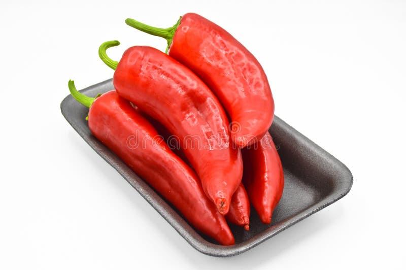 Roodgloeiende Spaanse peperpeper Zeer vers en helder, in zwarte platen stock fotografie