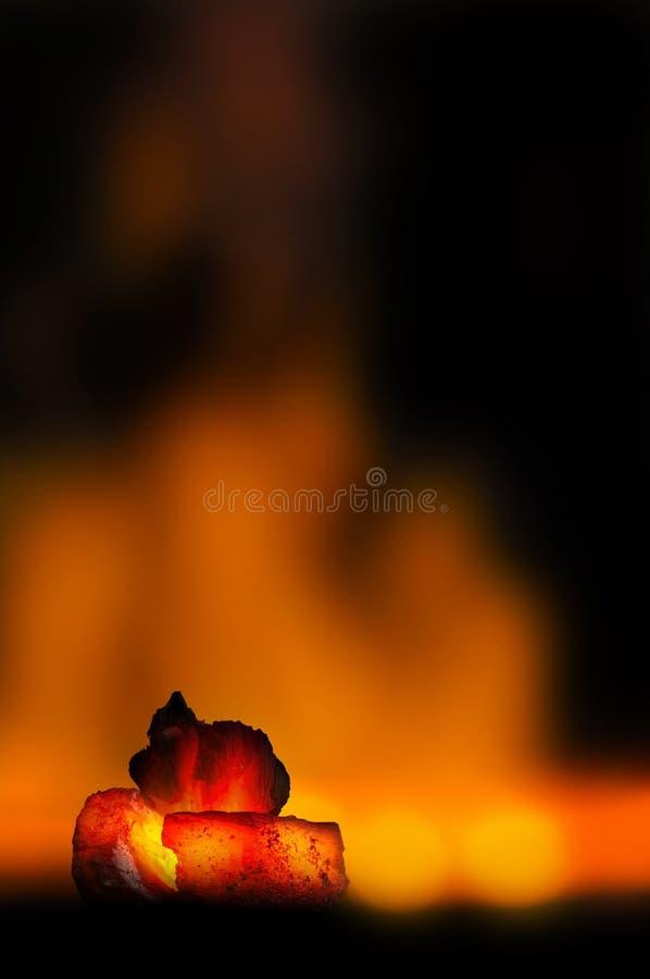 Roodgloeiende steenkoolbar in nadruk op donkere achtergrond met vlammen Achtergrond van ruwe steenkolen met zachte nadrukuitsluit royalty-vrije stock fotografie