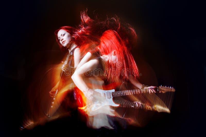 Roodharig meisje de gitarist royalty-vrije stock fotografie