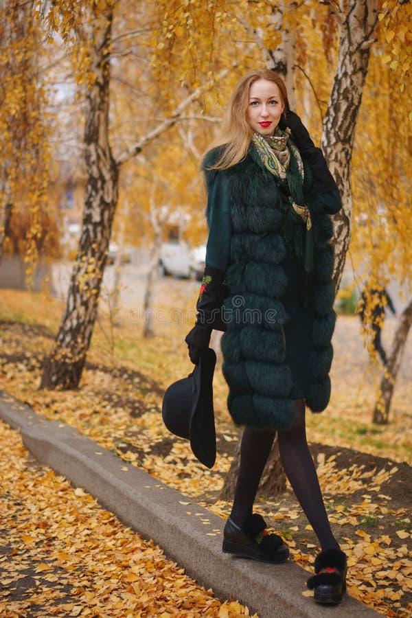 Roodharig meisje in de herfstpark stock afbeeldingen