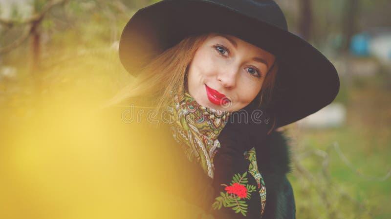 Roodharig meisje in de herfstpark stock afbeelding