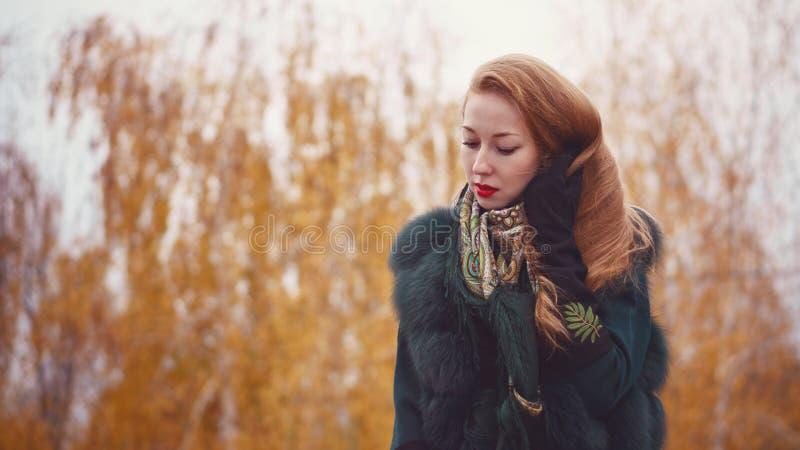 Roodharig meisje in de herfstpark royalty-vrije stock afbeeldingen