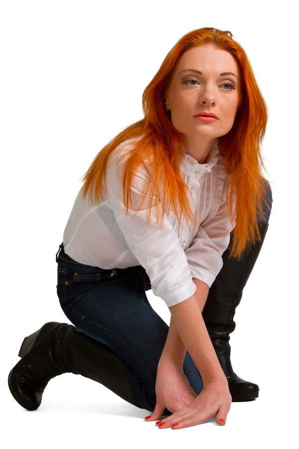 Roodharig meisje in een witte blouse stock afbeeldingen