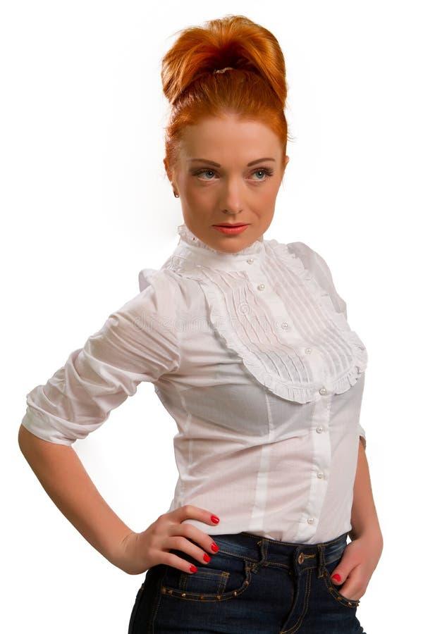Roodharig meisje in een witte blouse stock fotografie