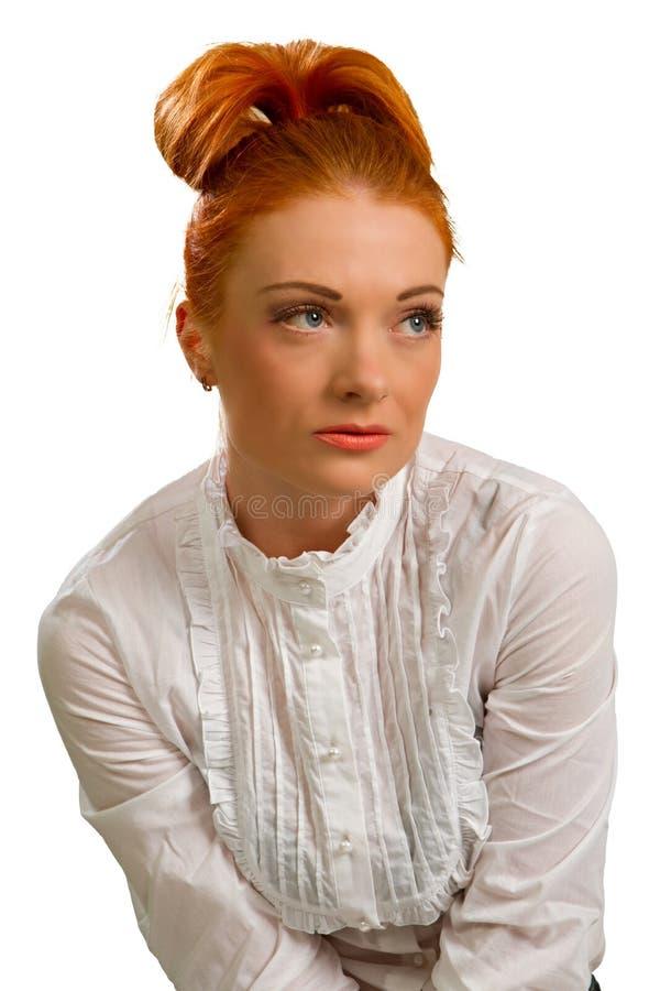 Roodharig meisje in een witte blouse royalty-vrije stock afbeelding