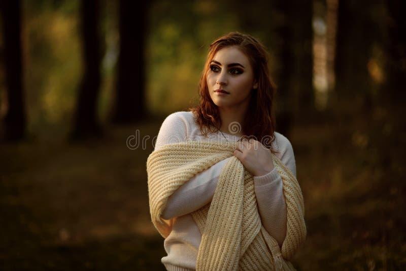 Roodharig meisje in heldere kleren op een achtergrond van de herfstbos royalty-vrije stock foto's