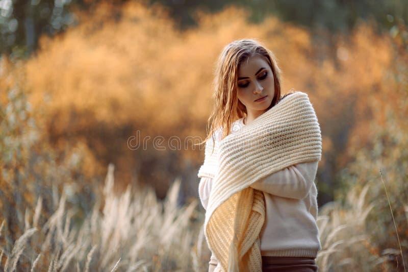 Roodharig meisje in lichte kleren tegen de achtergrond van de herfst bos en gele oren royalty-vrije stock foto's