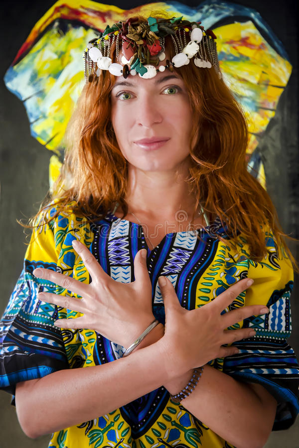 Roodharig mooi meisje met groene ogen in Afrikaans nationaal kostuum royalty-vrije stock foto