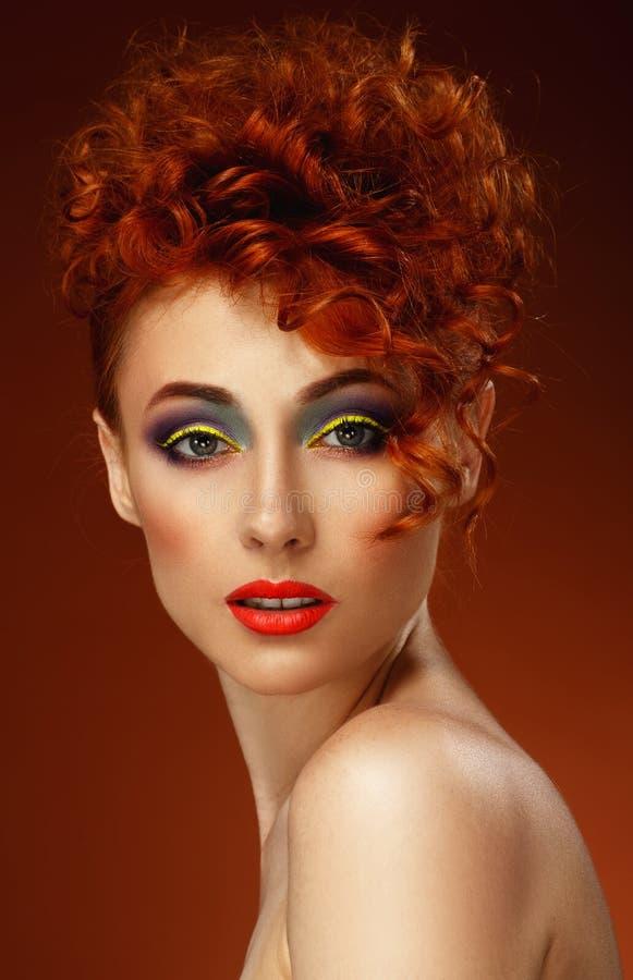 Roodharig Mooi meisje met heldere make-up royalty-vrije stock afbeelding