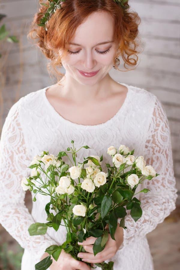 Roodharige bruid met bouqet royalty-vrije stock foto's