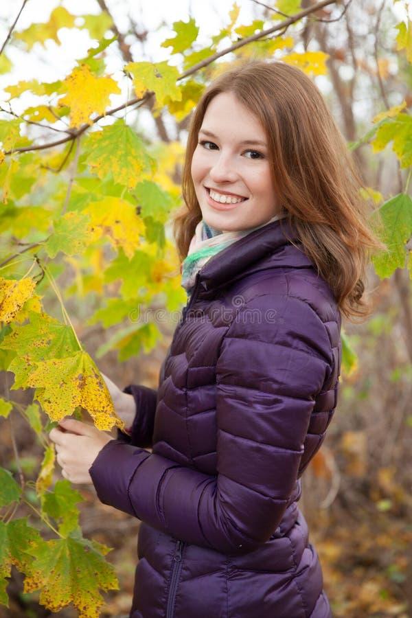 Roodharige buiten het genieten van de van herfst royalty-vrije stock fotografie