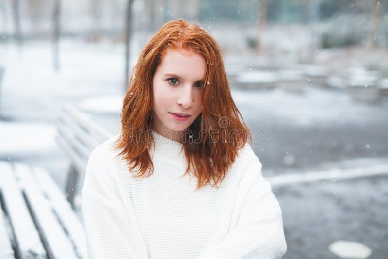 Roodharige in de Sneeuw royalty-vrije stock afbeeldingen